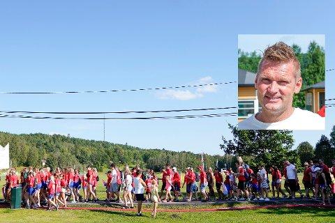 Masse folk på Ekebergsletta under paraden og åpningskonserten i forbindelse med Norway Cup lørdag. Søndag var turneringen godt i gang, men for Selfors UL G16-lag som trenes av Rainer Bergsen (innfelt) fikk en stressende opplading. Foto: Fredrik Hagen / NTB scanpix