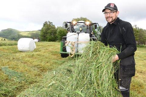 - Det blir en god gressavling i år, sier bonde Jørgen Brendberg i Straumbygda. Passe vått og passe varmt vær gir god gressvekst. Nå trenger bøndene tørt vær for å få gresset av åkeren.
