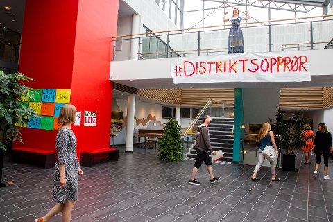 Iselin Nybø (t.v.) ble møtt med #Distriktsopprør da hun var på Nesna sist fredag. Nå skal kommunen og folkeaksjonen i samarbeid arrangere utdanningskonferanse, og de har invitert mange sentrale politikere fra alle parti.