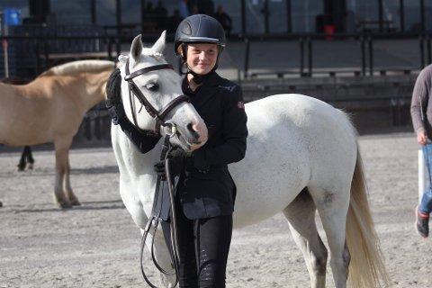 STRESSA HEST: Hedda Kosmo Gylseth hadde ikke alltid helt styr på hesten i debuten i Nordisk mesterskap i kjøring med hest. Men sølv i lagkampen lar seg absolutt høre. Foto: Lise Iren Kosmo Gylseth