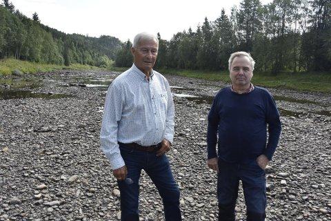 Steinar Høgså og Torleif Frøysa i Tverråga som nesten ligger tørrlagt. Nå har Fylkesmannen vært i kontakt med NVE for å høre om man kan pålegge regulanten å slippe ned vann.