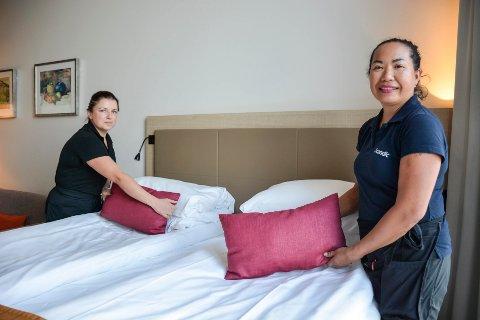 Kristina Kaminskaite (f-v) og Deng Skog, blir latterfulle når de forteller om alt de finner på hotellrommene etter at gjestene har reist.