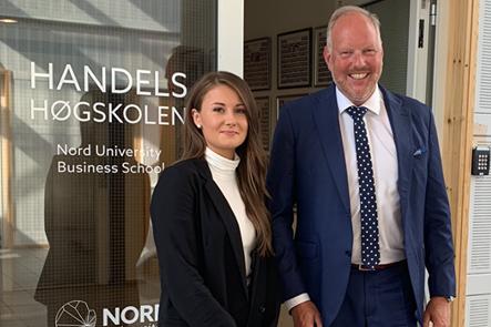 Dekan Erlend Bullvåg ved Handelshøgskolen Nord sammen med prisvinner Susanne Fjeldavli.