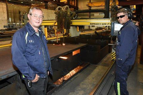 Etter oljekrisa merker Grotnes Steel en betydelig bedre fart i markedet. Salgssjef Erling Pedersen er her sammen med skjæreoperatør Kai Olav Sletvik, som skjærer ut deler til en kunde.