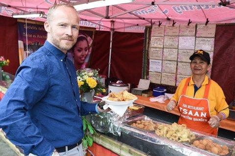 Espen Kalkenberg liker spennende mat. Med internasjonalt matmarked i byen dro han for å handle thaimat av Prayot Stephan.