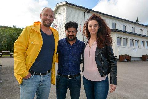 Lars Petter Falch Larsen, sammen med de to ansatte ved Skillevollen Motell,  Wisam Ali Jasim og Krasimira Strand.