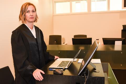 - Vi mener at hovedforhandlingen her i Rana tingrett har vist at det har blitt skjenket alkohol ulovlig på bakrommet til Niveau, sa aktor Marianne Mora Eskildsen. Hun mener Fredrik Jørgensen skal straffes med ei bot på 8.000 kroner.