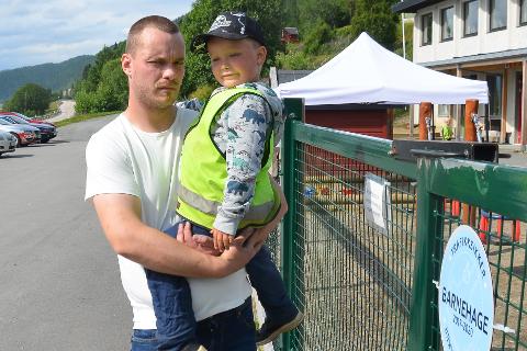 - Det er bare supert at barnehagehverdagen til Niklas (4) og de andre ungene i Finneidfjord barnehage nå blir tryggere, etter at Statens vegvesen sier ja til å senke fartsgrensa på Fv. 808 fra 80 til 60 km/t, sier småbarnspappa Thomas Aspen.