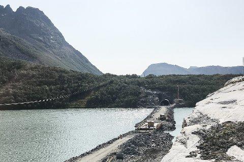 PNC Norge AS makter ikke å overlevere veianlegget gjennom og over Olvikvatnet innen avtalt tid. Dermed må de betale store døgnmulkter på hele 330.000 kroner dagen.