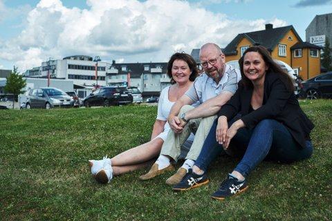Ordførerkandidatene Anita Sollie (H), Geir Waage (Ap) og Hilde Rønningsen (SV) på en av de tomme tomtene i sentrum, meieritomta.