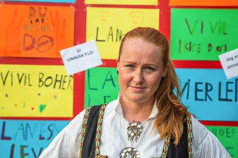 Pressetalsperson Catrine Hole i Foilkeaksjonen for høyere utdanning på Helgeland reagerer på at hun ikke fikk lov å filme behandlingen av saker hun syntes var interessante under styremøtet til Nord Universitet ved Campus Helgeland. Hun mener dette innskrenket offentligheten.