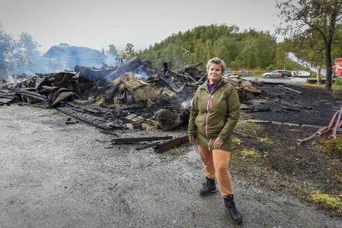 Fryktelig: Produksjonslokalene til Orrhaugen gård brant ned torsdag morgen. Medeier og daglig leder Elin Solli Orrhaug kommer aldri til å glemme synet av flammehavet som sleiket opp mot himmelen. Foto: Øyvind Bratt