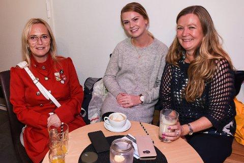 - Denne nye kafeen i byen er virkelig blitt kjempekoselig, sier Lill-Tove Kvåle, Annie Lovise Kvåle og Marita Norum.