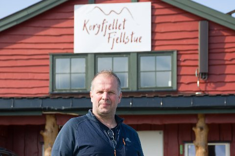Asgeir Molden har kjøpt en stor snøfres fra Haugesund lufthavn, for å rydde snø langs veien til Korgfjellet og oppe ved Korgfjellet Fjellstue.