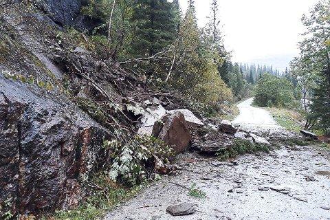 Raset langs veien opp mot Fagervollan og Holmvatnet besto av steinblokker, som hadde sklidd ut.