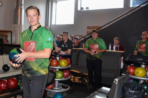 NYE DRAKTER: Rana Bowlingklubb og Marius Kvitnes rykket ned fra toppserien i fjor. I 1. divisjon stiller laget i nye drakter, som her mot Ringerike søndag.