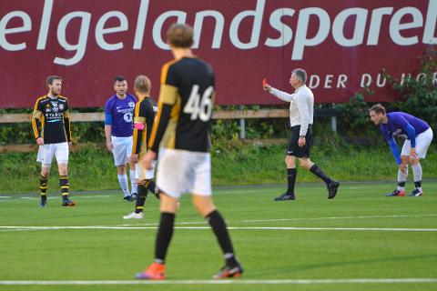 Ruben Forsland (t.v.) fikk rødt kort etter å ha kastet Lars Erik Zetterlund Nilsen i bakken. Dommer Herlof Øverdal hadde ikke noe valg og dro opp det røde kortet.