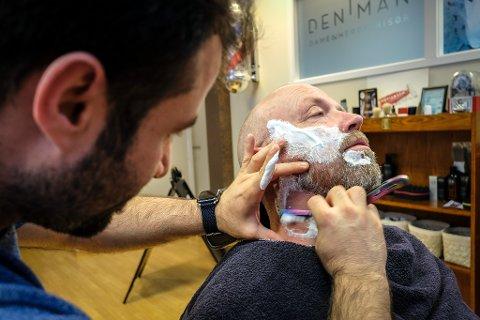 På valgdagen ble det endelig en pause for sittende ordfører Geir Waage, så han kunne ta seg en tur til sin faste barberer, Nayef Kadoura. Der fikk han kniven på strupen.