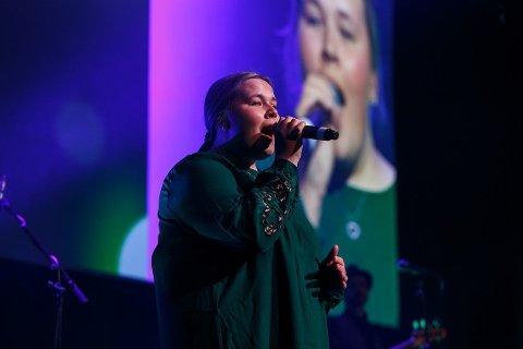 Solveig Bygåsmo ble vinneren som fikk synge sammen med Stråmenn under et butikksjefmøte. Bandet likte det de hørte og nå er hun en del av Stråmenn.