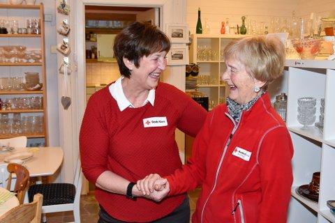 Bruktbutikken Rana Røde Kors søker etter nye frivillige. Her står leder Torill Synnøve Haugen (t.v.) sammen med Jenny Nonskar på snart 90 år. - Det er som julaften hver gang man pakker opp en ny eske med ting, sier Haugen.