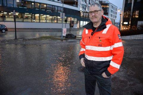 Vått: Nedbøren har fosset ned de siste dagene. Audun Gullesen forteller at de ansatte ved veiavdelingen har jobbet døgnet rundt.