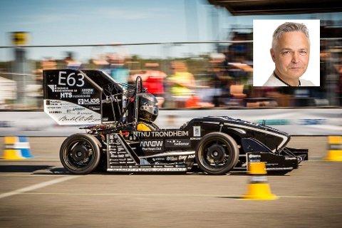 Terje Rølvåg (innfelt) fra Åga sier at en del av prosjektet med de spesielle konkurransebilene er å produsere mer bærekraftig drivstoff- og energiløsninger for fremtidens biler. Foto: NTNU Revolve