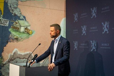 Høie under dagens pressekonferanse.