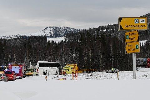 En buss og en taxi var involvert i en trafikkulykke ved Ømmervatnet tirsdag ettermiddag. Foto: Lena Knutli, Helgelendingen