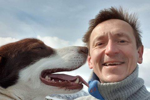 DØDE: Hundeeier reagerer på at bilist bare forduftet etter å ha drept hund. Bildet er tatt ved en annen anledning.
