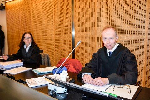 Bistandsadvokat Nina  Lunde og Erik Trones (påtalemyndighetene)  i rettsaken der en ung mann blant annet er tiltalt for å ha voldtatt to kvinner på ulike adresser, samme dag. Mannen er også tiltalt besittelse av barneporno.