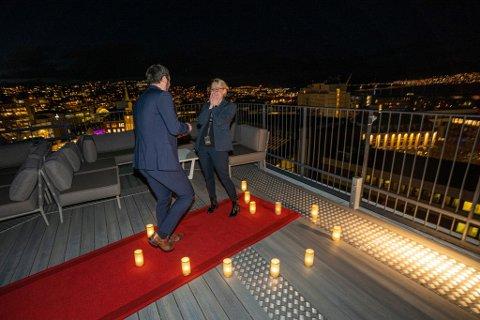 GLEDESSJOKK: Her frir Ole Gunnar Høvik til samboeren Ida Kristine Jakobsen på toppen av hotellet The Edge, der Ida til daglig er direktør. Hun trodde hun hadde planlagt det perfekte frieriet for en av sine gjester, og fikk sitt livs sjokk da det var samboeren som sto bak planene.