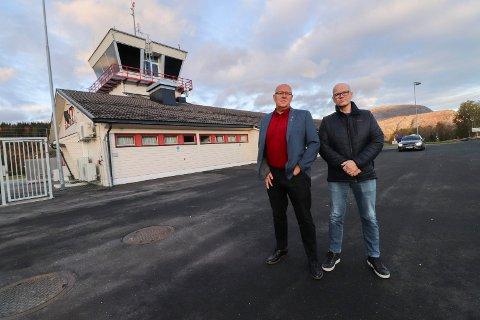 KORONA: Odd Langvatn (t.v) sier at aktiviteten har flatet noe ut, men at det fortsatt er høyt arbeidspress i WIAS. Her er han fotografert sammen med kollega Hans Petter Kaggerud på Mosjøen lufthavn, Kjærstad.