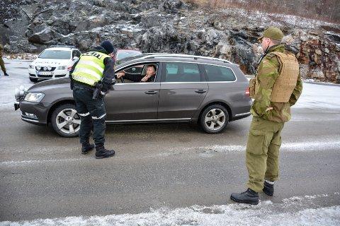 Heimevernet og politi på grensen. Arkivfoto - personen i privatbil på bildet har ikke noe med denne saken å gjøre.