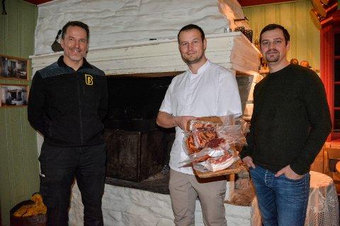 Kjøpmann Ørjan Skonseng (f.v), har inngått avtale med Oddgeir Sørensen og Anders Edvardsen ved Stenneset. Nå skal de levere 300 kilo bacon til Bunnpris-butikkene.