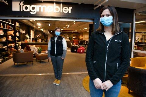 Lisbeth Engevik (foran) og Linda Nyhagen Svaleng ved Fagmøbler velger å bruke munnbind så lenge smittesituasjonen er som den er i Rana.