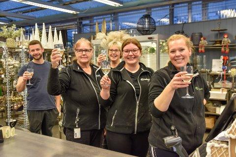 Vinnere: Hageland Lønnum feirer en velfortjent seier. Fra v. Martin Lønnum, Karin Ramberg, Anita Lønnum, Julie Stene Åsheim og Eva Engø.