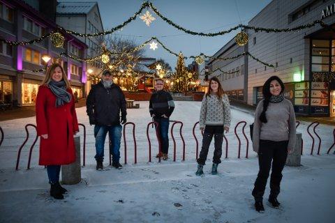 Fritidsavdelingen holder koken også i jula. Fra venstre: Mona Henriksen, Helge Bjørnvik, Tor-Inge Myrnes, Vanja Bergli og Maria Eidem Solbakken.