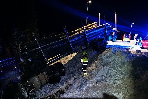 I grøfta: Et svenskregistrert vogntog med tømmer havnet i grøfta ved Varntresskrysset etter et trafikkuhell tirsdag ettermiddag.