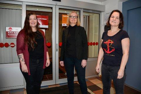 Denne gjengen jobber blant annet med  økonomisk råd og veiledning ved NAV. Veileder Elise Bråten Stien (f.v), gjeldsrådgiver Ann-Kristin Hanssen og veileder Ann Marit Flågeng. Mai- Helen Skatland og Christer Hagen er også en del av dette teamet, men var ikke til stede da bildet ble tatt.