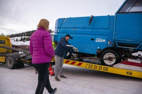 Nestleder i ishockeystyret, Åsmund Berge viser Guro Nordlund hvordan maskina er utstyrt med kniver på siden, som freser isen helt inne ved vantet.