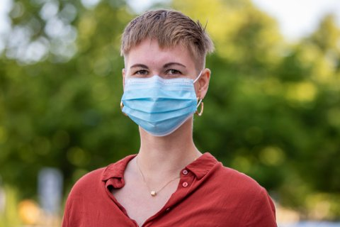 Munnbind stopper effektivt de fleste større utåndingsdråper og kan også stanse mindre dråper og partikler, ofte omtalt som aerosoler, ifølge det amerikanske smittevernkontoret CDC.