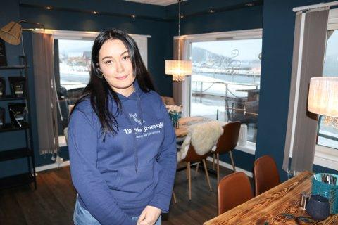 Sandra Linnea Åkebrand (22) er den eneste ansatte ved Lille Havfruen kafé.