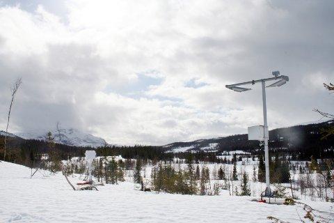 Målestasjonen ved Svartkjønnli for flyplassværet i dalføret mellom Drevvatn og Elsfjord.