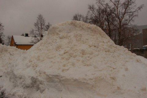 Denne snøhaugen like ved Helgelendingens lokaler hadde en markant brunfarge.