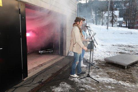 Bandet Mikkel og reverockerne åpnet festivalen. De spilte også på sminkingen i Rana folkebibliotek tidligere på dagen.