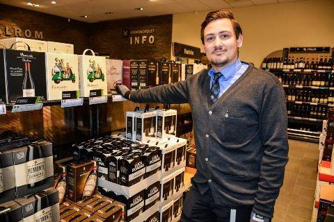 Også Vinmonopolet merker økt handel. Markus Røed, sier det går mest av vinkartonger.
