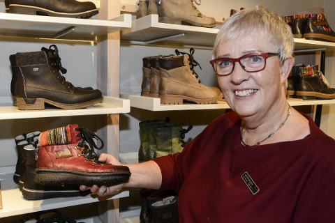 Daglig leder Laila Michalsen i Skoringen mener alle må ta ansvaret med å få ned smittefaren. Butikken stenger nå på ubestemt tid.