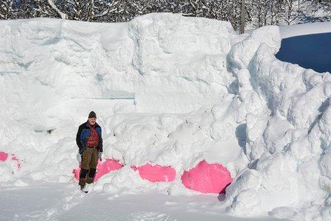 Birger Ingebrigtsen bor i Rausandaksla brukte nesten fire timer på å grave frem høyballene da Rana Blad besøkte han i mars. Foto: Karina Solheim