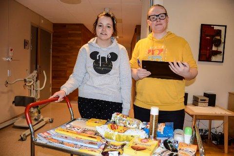 Renate Bjørnbak og Andreas Vassvik selger kioskvarer fra denne vogna til de eldre på sykehjemmet.