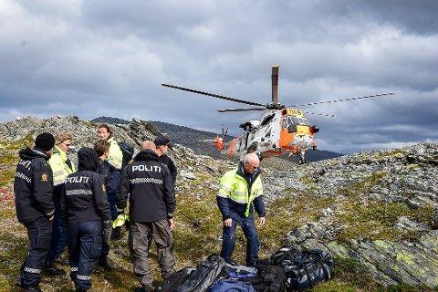 Statens havarikommisjon for transport (SHT) og kriminalteknikere fra Nordland politidistrikt sammen med lokalt politi på Falkfjellet, like ved der flyet hadde styrtet. Foto: Johan Votvik
